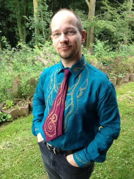 Dress Shirt mit bestickter Brust und passender Krawatte